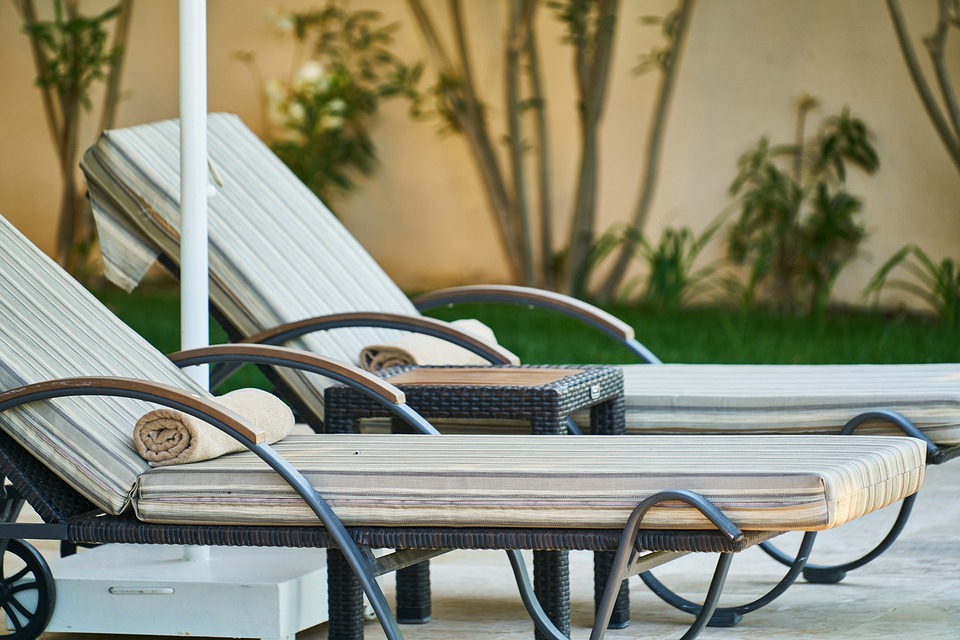 Une pause détente sur votre transat de jardin